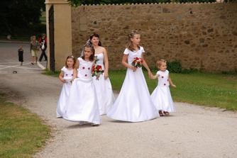 Nevěsta s družičkami na konci průvodu svatebčanů. Nevěsta je ta se závojem...kdyby jste to výškově nerozeznali od družiček:-)