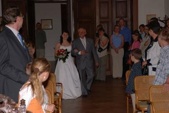 A po andílkovi přišla nevěsta v doprovodu svého tatínka.