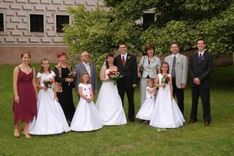 Společná fotečka s rodiči, svědky a družičkami.