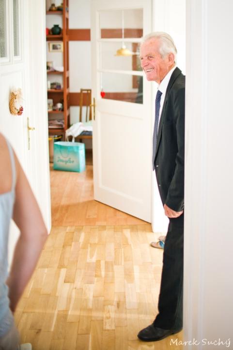 """Pani manžel{{_AND_}}Pán manželka - starý otec prišiel omrknúť, """"čo to vyvádzame"""" :)"""