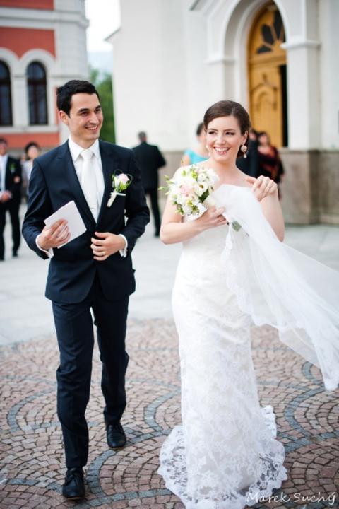 Pani manžel{{_AND_}}Pán manželka - vietor mi sfúkol závoj rovno pred kostolom :)
