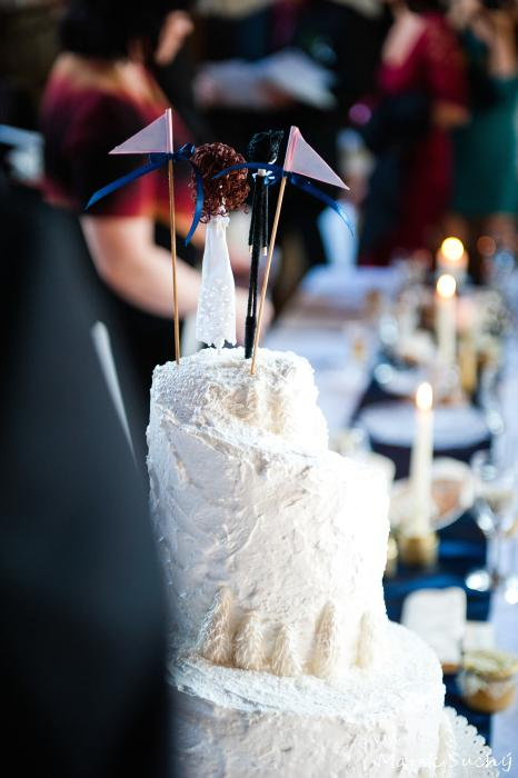 Pani manžel{{_AND_}}Pán manželka - naše svadobné postavičky na torte - zasneženom kopci :) teraz ich mame zapichnuté v kvetináčoch ;)
