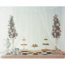 stôl s tortami a ovocím
