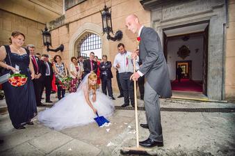 Vkuse sa niekto našiel kto nám tie črepy rozkopal, vyberajte veľmi starostlivo hostí na svadbu :-D
