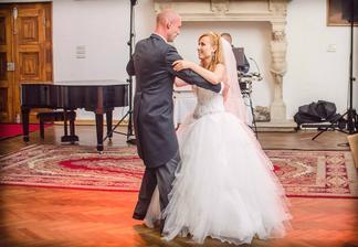 Náš prvý obávaný mladomanželský tanec dopadol na jednotku...tanečnú kurz stál za to :-)