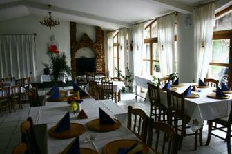 Cast saly v hoteli Kralova, kde bude hostina. Tu konkretne hore bude DJ a svedske stoly a dole parket.