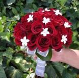 Vím, že to budou červené růže v kombinaci s jinými bílými květy....