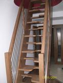Samonosne mlynárske schody s kombináciou nerezovým zábradlím, buk parený, lesklý lak