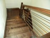 Samonosné jaseňové schody, morené na orech, zábradlie kombinácia drevo nerez