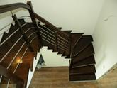 Bukový obklad schodišťa, stupeň, podstupeň, zábradlie v kombinácii drevo nerez, morené