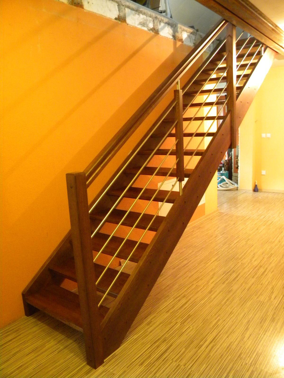pepasino - Samonosné morené jaseňové schody so zábradlím, výplň nerezové tyčky