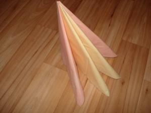 takto by mali vyzerať servítky na stoloch...len s bielymi serv.