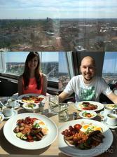 Dneska je to rok od svatby. A proto jsme si udělali nádherný den. Snídaně na žižkovské věži....