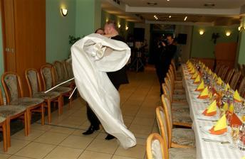 """""""odnos"""" k svadobnemu stolu bol vdaka vlecke na satach mierne komplikovany :-)"""
