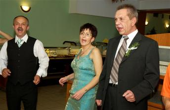 zlava ocino, mamina a svokor - tancovalo sa a spievalo ostosest :-)