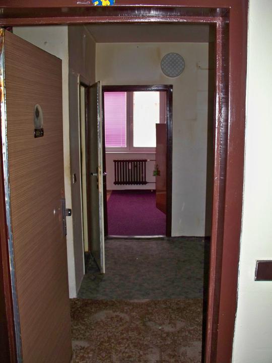 Náš byt-krůček po krůčku - pochled z vchodových dveří přes chodbičku do ložnice