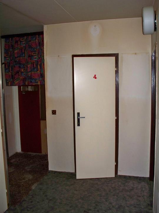 Náš byt-krůček po krůčku - pohled do chodbičky ze strany obyváku.Je zde vidět vchod do komory