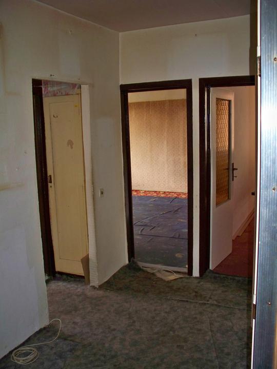 Náš byt-krůček po krůčku - opět chodbička-tentokrát za rohem.V levo jsou stupačky a komurka a za nimi kuchyn,uprostřed obyvák,vedle dětský pokoj.