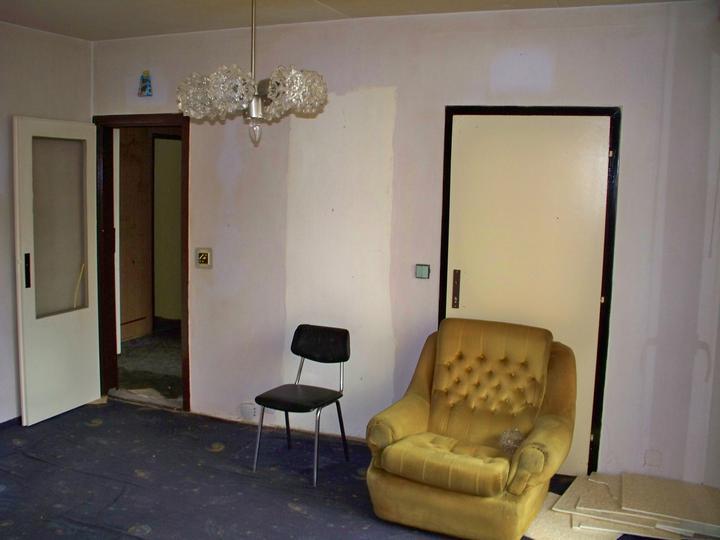 Náš byt-krůček po krůčku - opět obyvák-v levo dveře do chodbyčky a v pravo za křeslem do kuchyně