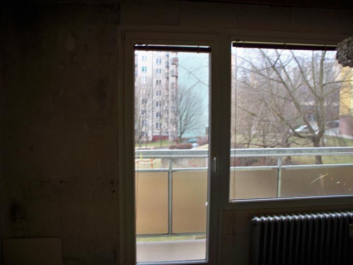 Náš byt-krůček po krůčku - ty fleky vedle balkonu jsou opět všudy přítomná plísen :-(