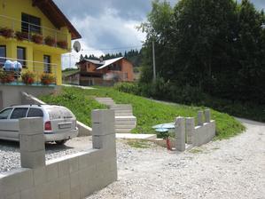 Tie zelené plochy raz budú upravené, čakáme na návrhy od záhradnej architektky:-)