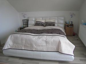 A konečne vytúžená posteľ + nočné svetlá + fialový prehoz ...... postupne pribudne i fialová tapeta a na mieru robené nočné stolíky s komodou a toaletným stolíkom
