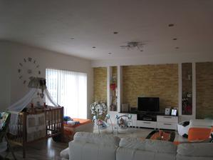 Pohľad na celú obývačku - viem, je tu bordel, ale väčší poriadok pri mojich drobcoch tu neviem urobiť :-)