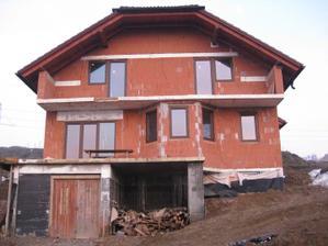 Pohľad na celý domček...garážové dvere zatiaľ len provizórne:-)