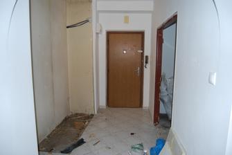 chodba- vstupne dvere, nalavo zburana vstavana skrina a bude nahradena novou