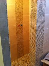pohlad do sprchaca, ostava bez dveri, je tam len spadovanie a cca 1cm schodik a radiator sa ukryl do steny