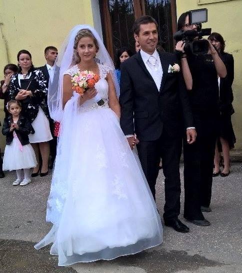 ... brat mal totiz svadbu 2 mesiace pred nami a jeho zena si dala podobne  saty ec1881419ed