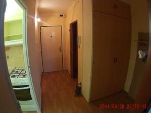 Původní chodba z pohledu od obýváku, na levé straně je kuchyně