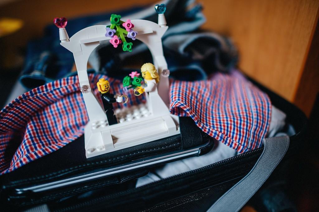 Helena{{_AND_}}Michele - Lego svatba - dárek pro ženicha. Postavili jsme ve svatební den ráno a dost jsme se u toho nasmáli :-) On si nevzal vlasy, já si udělala kytku do zelena ...