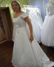 Historicky první zkoušené svatební šaty - bohužel byly krátké...