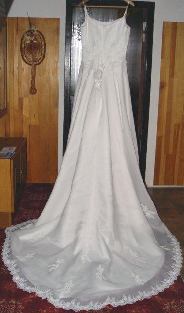 Svadobné oznámenie a ostatné na 1.10.2005 - Svadobné šaty zo zadu