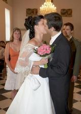 a první manželské políbení