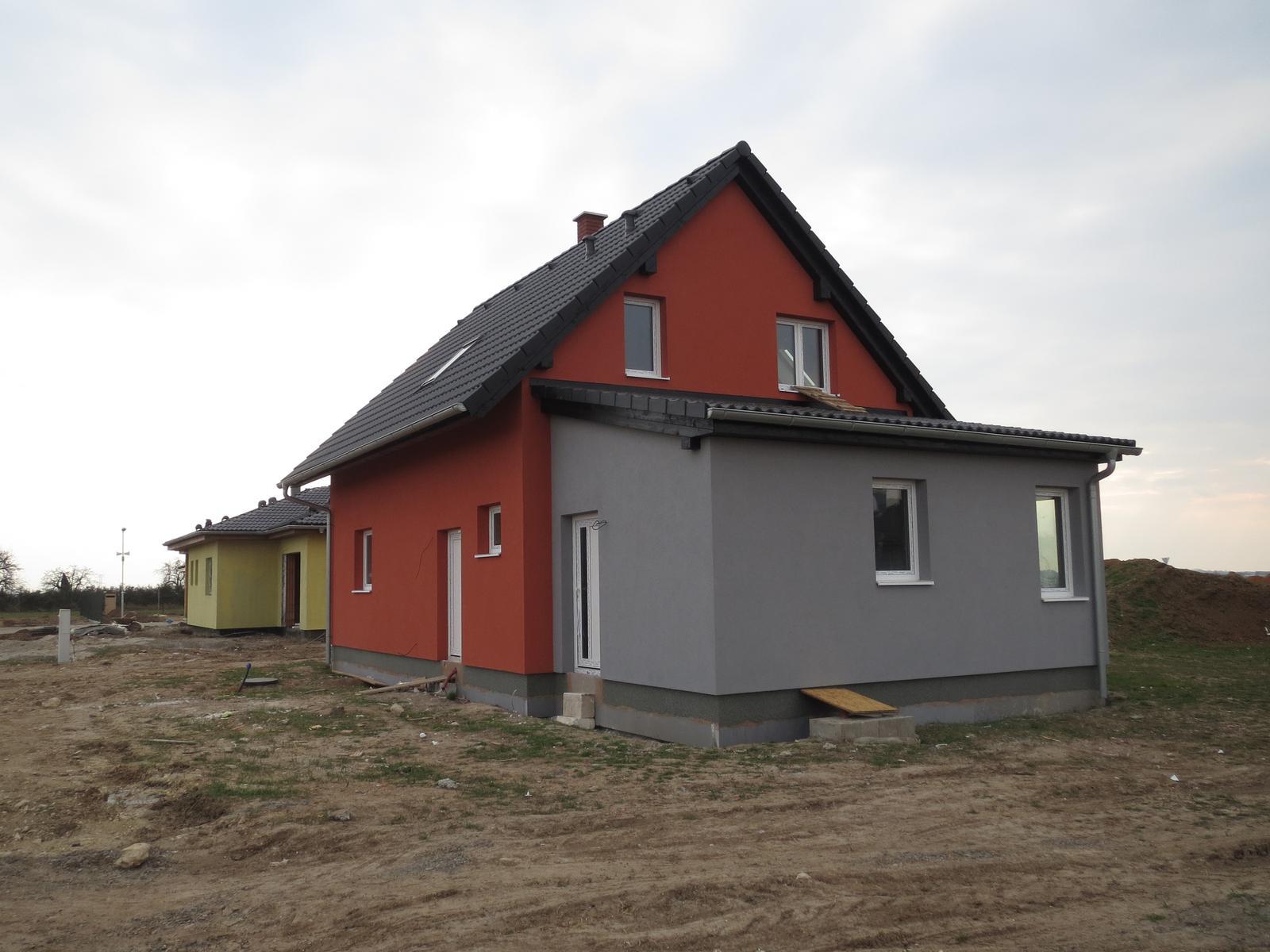 Náš domeček - bez lešení s marmolitem, akorát nevim proč je to na všech fotkách o tolik červenější, než ve skutečnbosti...