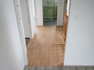 vyměněná podlaha na chodbě
