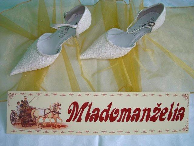 Janette a Lubomir - svadobne topanocky  - organza na ozdobu stola  - tabula na auto