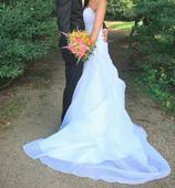 Bílé svatební šaty s vlečkou a kamínky, 36