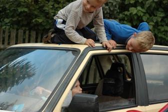 dětičky s radostí  demolovaly autíčko...