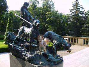 socha na nádvoří s Denýskem