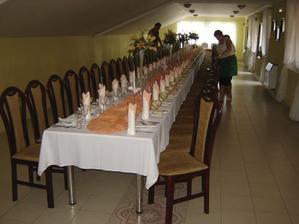 a stoly budu takto, bo nas bude dost vela, chceli sme okruhle, ale potom by bolo straaaasne malo miesta na tancovanie a nase rodiny su ako parketove levi :))
