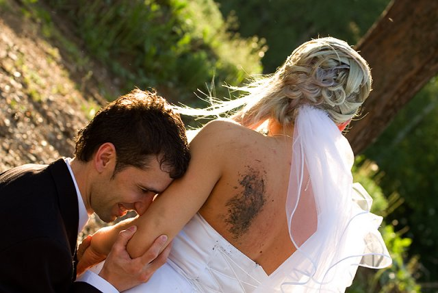 janka cmorejová{{_AND_}}jožko čerňanský - ...a tu ma manžel  odprosuje:-D...žehlí si tie špinavé šaty a odretý chrbát..inak to nieje tetovanie,ale blato:-D