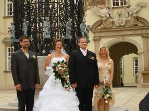 Novomanželé se svědky