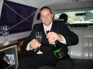 Manželíček se šampáňem v limuzíně