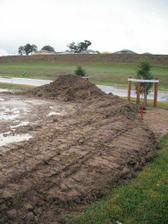 a o par dni neskor to vyzeralo takto. urovnana zem.