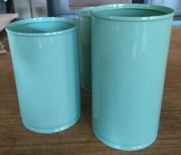 barvení plechovek, které budou místo váz