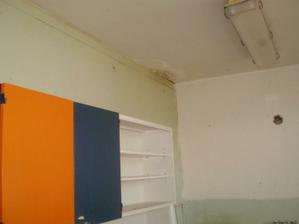 To zatekania z novej strechy je este stale aktualne-no tlacime na bytove nech to spravia kym budeme stierkovat