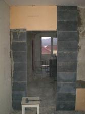 Spalna-s povodnej 5-ky chceme 10-tku stenu,takze koli zarubni a elekrine ypor a zbitok tvrdeny polystyren..